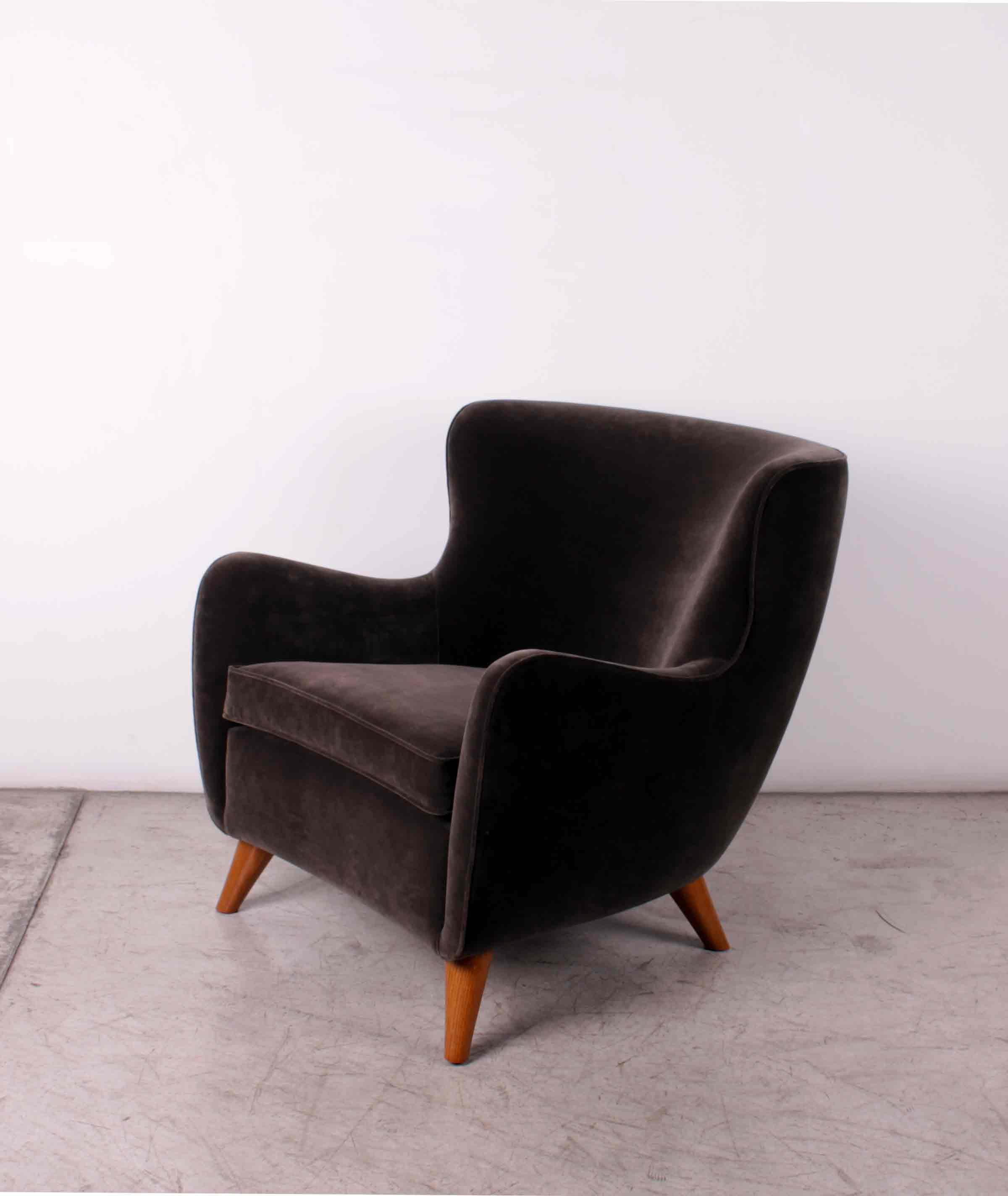 Pair of brown armchairs, design XXe Siècle, oak wood and velvet, H 80 W 78 Seat depth 54 cm.